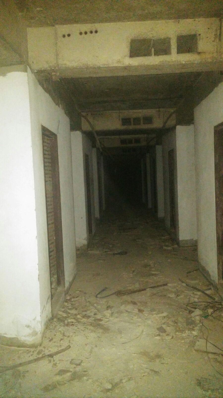 Kurkkaus 25 kerroksen käytävään. Legensa kertoo, että tässä kerroksessa kummittelee.