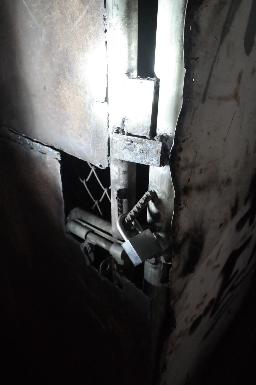 Tie ylempiin kerroksiin oli estetty hitsatuin ovin