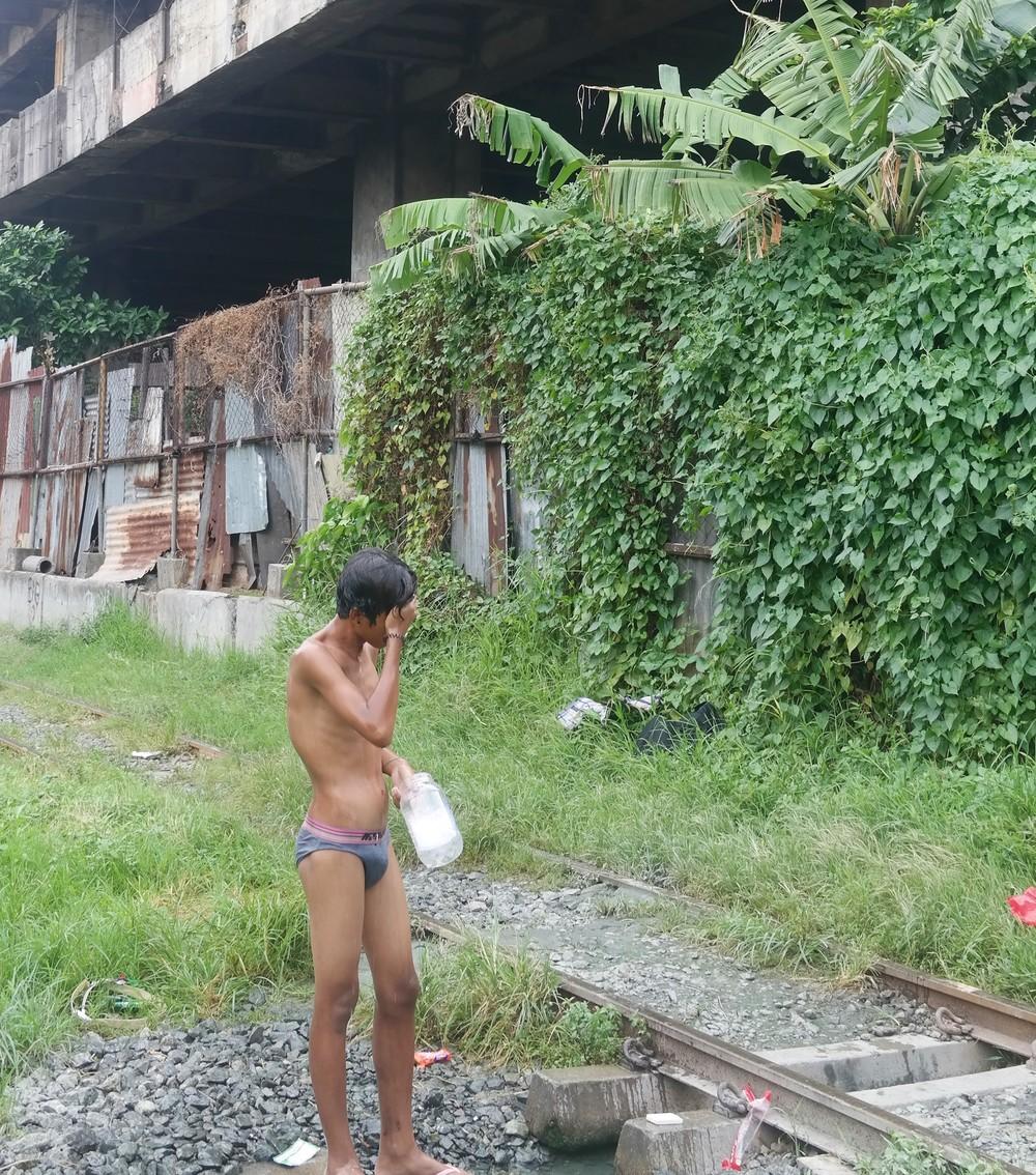 Pesuhetki junaraiteiden alla löytyneestä lähteestä.