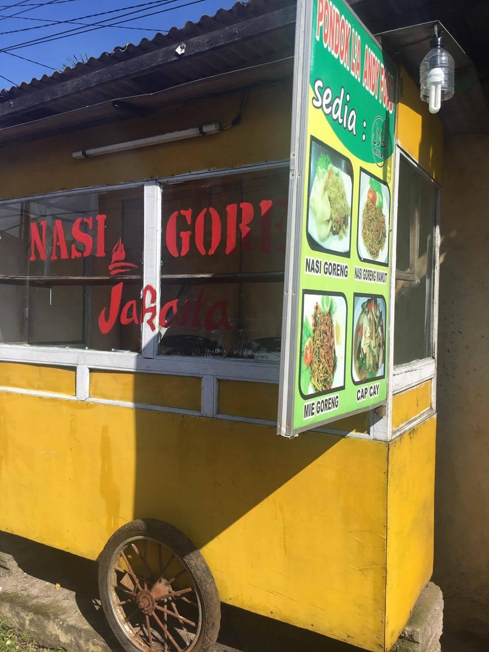 Tälläinen liikkuva koju on hyvin yleinen näky Balin liikenteessä. Myyjä työntää tai vetää kärryä jossa hän valmistaa ja myy valmiita aterioita. Paahtavan auringon alla tälläisen kärryn liikuttaminen ei ole mitään helppoa puuhaa...