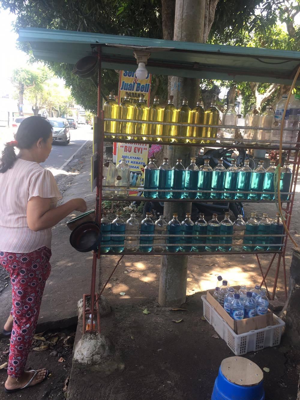 Täytetyissä lasipulloissa myytiin bensaa scoottereita varten.