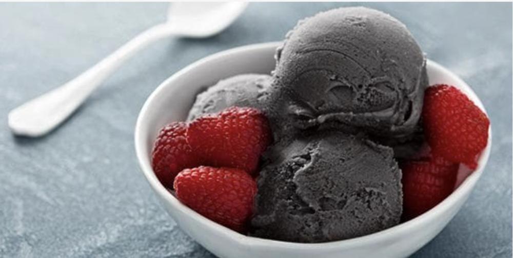 Jäätelö joka on tehty salmiakin makuisesta proteiini jauheesta