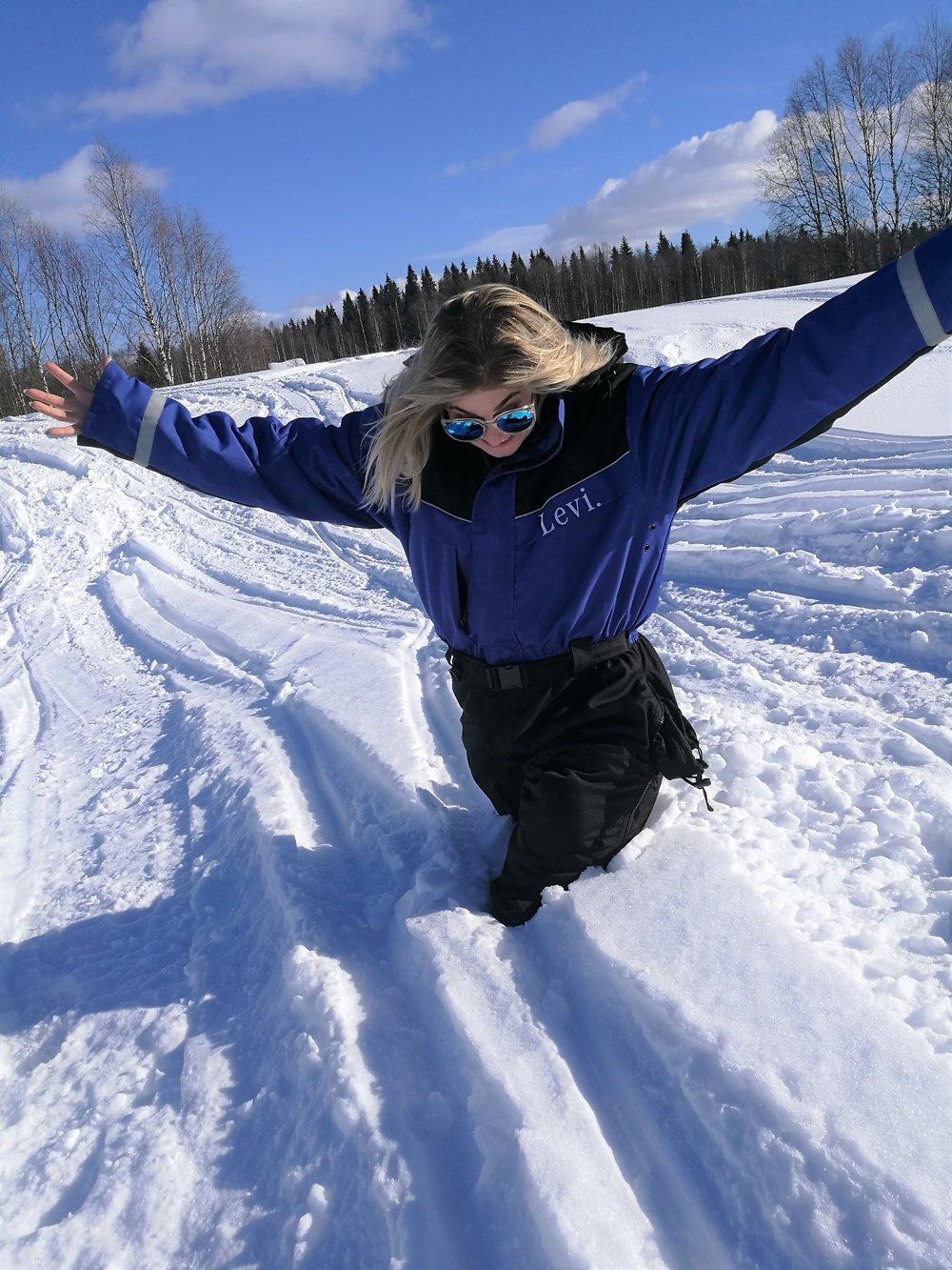 Kannattaa tosin varoa minne astuu ilman lumikenkiä, meinaan lumen määrä saattaa yllättää! Itse upposin lähes pyllyä myöten lumeen!