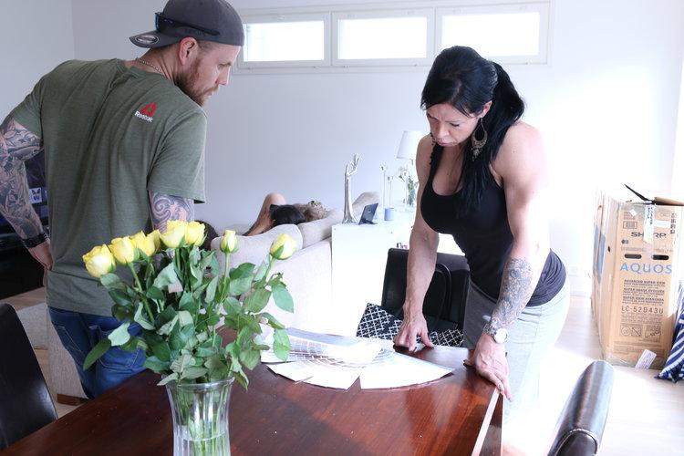 Johanna näyttää Artulle värikarttoja ja Arttu yrittää näyttää siltä, että se muka ymmärtää jotain. :)