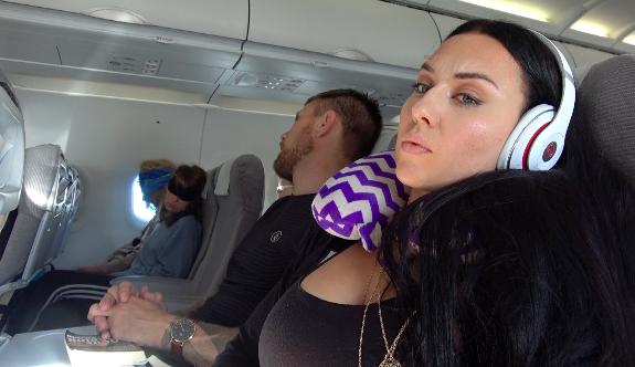 Arttu nukkuu ja mä heräsin siihen kun meidän takana olevat känniläiset juttelee niin, että koko kone raikuu... #rbf