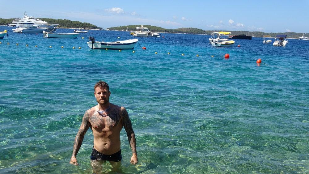 Arttu kävi myös uimassa pieniä lenkkejä meressä. Minä en uskaltanu...