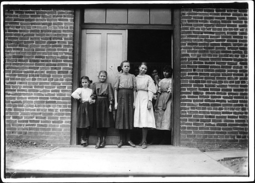 Group_of_young_girls,_all_working_in_May_Hosiery_Mills._Nashville,_Tenn._-_NARA_-_523341.jpg