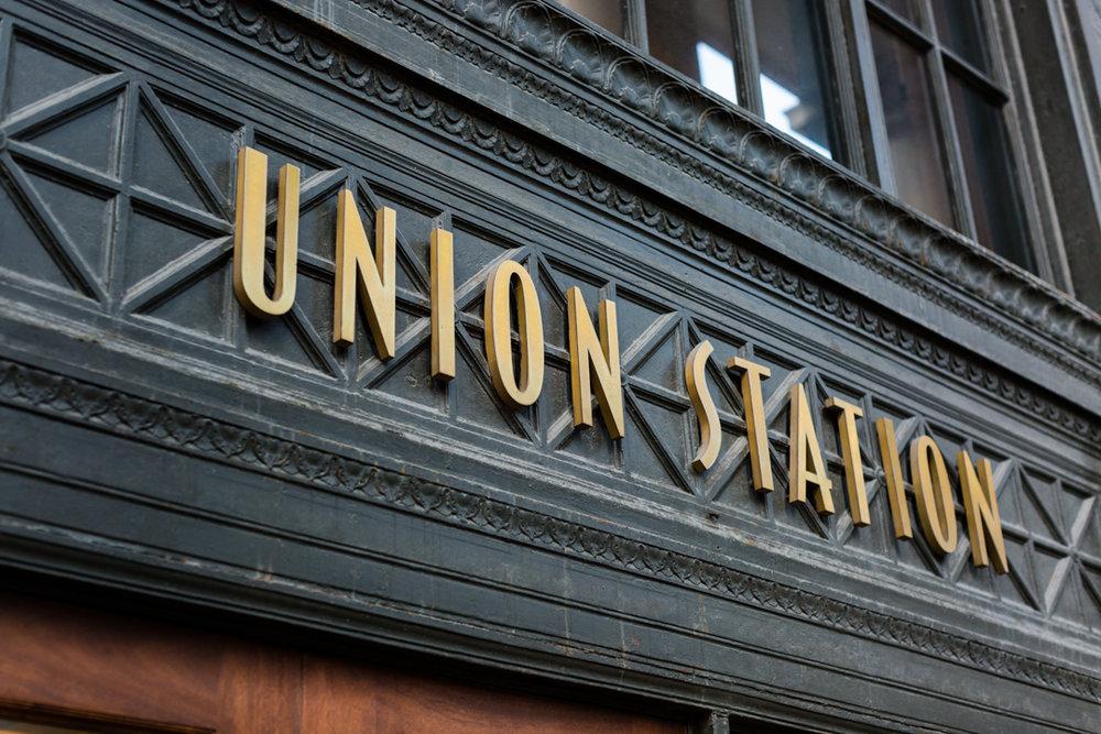 taylormarieparker_michiganweddingphotographer_chicagoengagement session_unionstation_web_-1.jpg