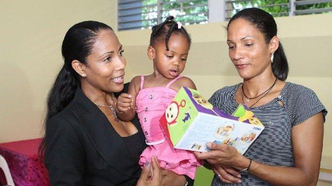 © CITIZENSIDE.COM/Simax Christine Kelly participe avec Christine Arron, mercredi 26 octobre 2011, à une remise de cadeaux à la Fondation K d'urgences pour venir en aide aux familles monoparentales, en Guadeloupe