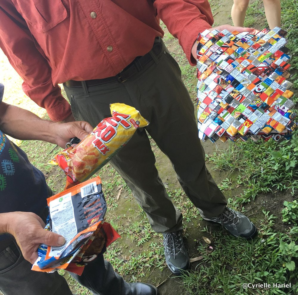Les enfants fabriquent des couvertures de cahier avec leurs déchets