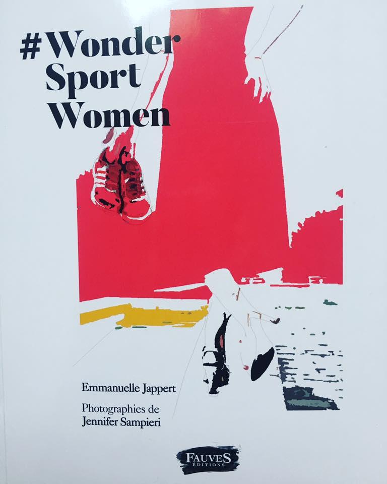 À travers le retour d'expérience de 23 femmes reconnues dans leur domaine, de tous horizons et de tous âges, qui pratiquent une activité physique, ce livre d'entretiens montre les bienfaits du sport et son impact sur le bien-être, la productivité, la créativité et la place que ces femmes ont dans la société. La pratique sportive, sans être forcément de haut niveau, est un formidable levier pour l'hygiène de vie, le dépassement de soi, l'estime de soi et l'épanouissement tant professionnel que personnel. Ces témoignages inspirants sont la preuve qu'une femme peut réussir professionnellement et atteindre l'excellence tout en se consacrant à ses loisirs et à une activité physique, indispensables à son équilibre. Grâce aux messages puissants de ces femmes dans la lumière, il s'agit à notre façon d'aider à faire changer les mentalités pour que toutes prennent leur place dans la société, en choisissant le mouvement plutôt que la sédentarité, dès le plus jeune âge. Entretiens avec Stéphane Pallez, Christine Lewicki, Anne Ghesquière, Cyrielle Hariel, Angélique Gérard, Delphine Rémy-Boutang, Claire Levacher, Miren Bengoa, Nathalie Péchalat, Emmanuelle Duez, Martine Duclos, Dominique Carlac'h, Laury Thilleman, Béatrice Duboisset, Lorie Pester, Muriel Hurtis, Géraldine Pons, Marie-Amélie Le Fur, Malene Rydahl, Estelle Denis, Céline Bouvier, Géraldine Maillet, Flora Coquerel. Ici pour le livre version digitale!