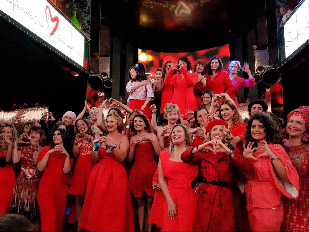 Isabelle Weill entourée de ses 33 égéries pour cette première du Red Défilé au VIP ROOM PARIS