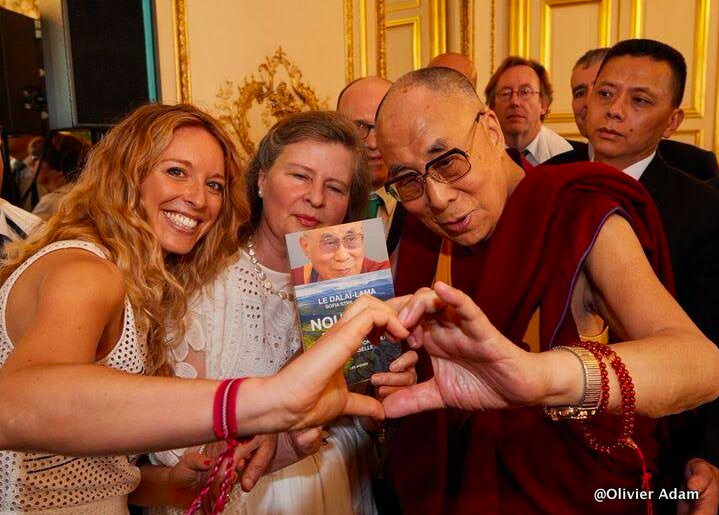 La planète n'a pas besoin de gens qui réussissent. La planète a désespérément besoin de plus de faiseurs de paix, de guérisseurs, de conteurs d'histoires et passionnés de toutes sortes. - Dalaï-Lama