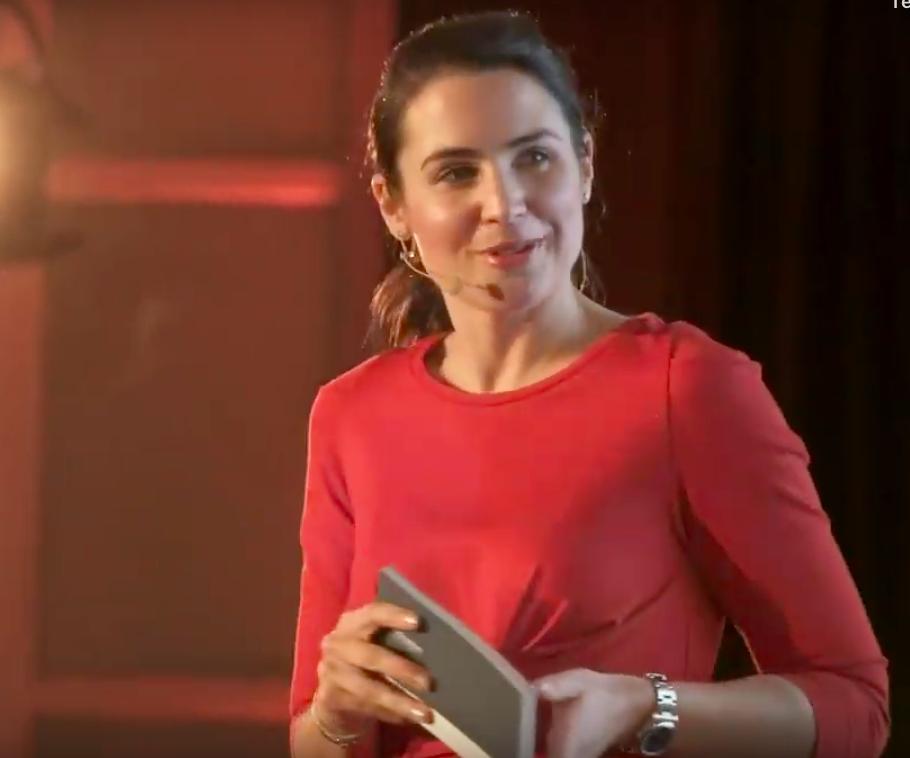 Julia Bauer moderiert die Iconic Awards 2019
