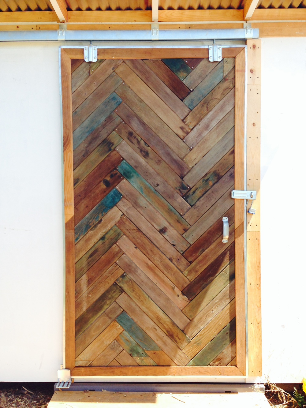 The wood to make this door was obtained from the Oxford Tract Greenhouses at UC Berkeley & The Toolshed Portal at The Student Organic Garden at UC Berkeley ... pezcame.com