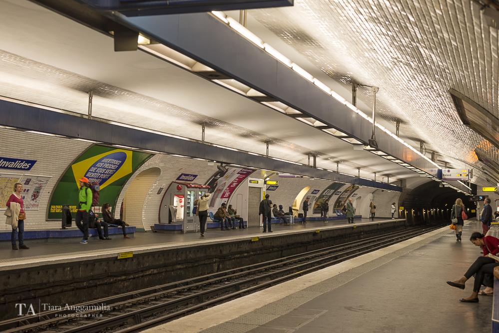 Les Invalides Metro platform.