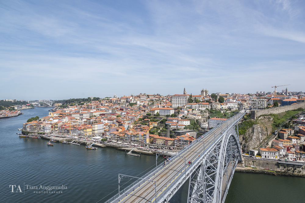 A view of Porto's Luiz Bridge and Ribeira.