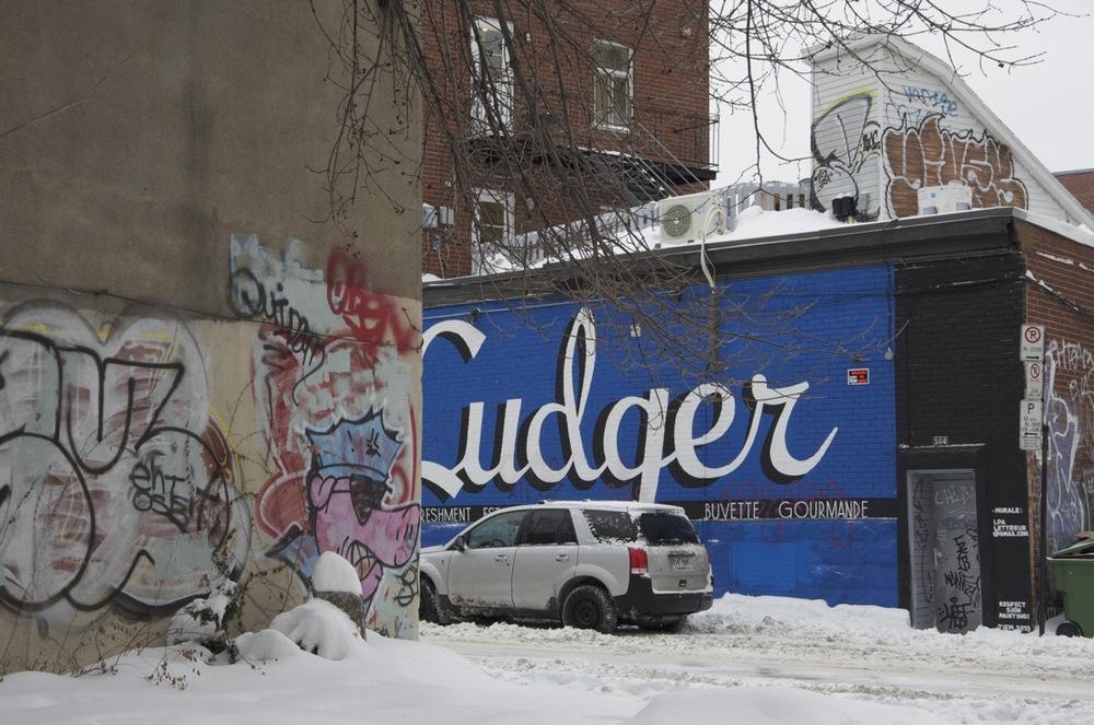 Mur peint en bleu, rue du Couvent