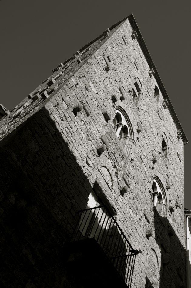 Casa-torre Buonparenti, Via del Mondorl