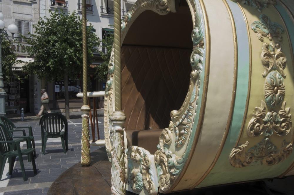 commenter >  Le manège de la place Napoléon Bonaparte  < comment