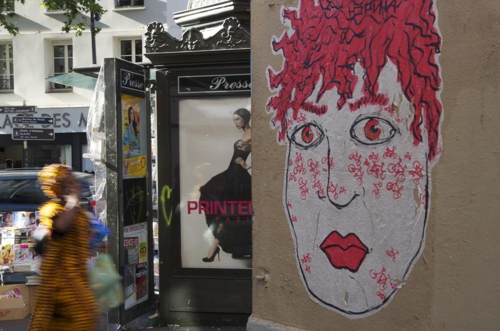commenter >  Près d'un kiosque à journeaux, rue de Belleville  < comment