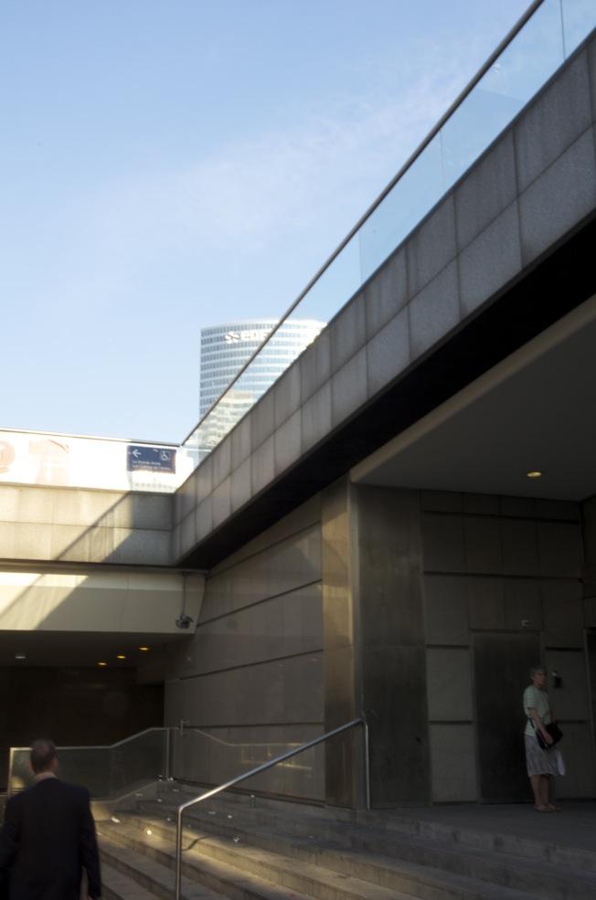 commenter >  Aux portes de la station de Métro, La Défense  < comment