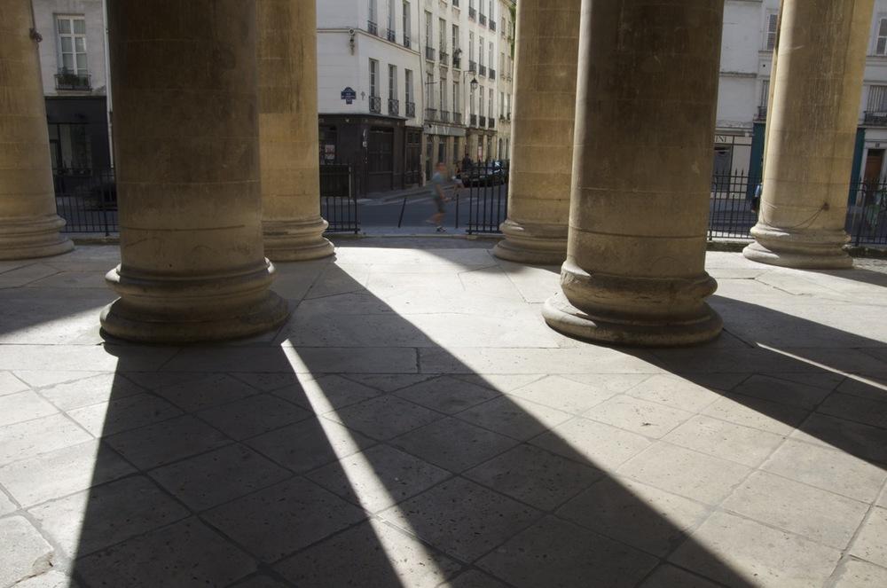 commenter >  L'ombre étirée des colonnes, St-Denys-du-St-Sacrement, rue de Turenne  < comment