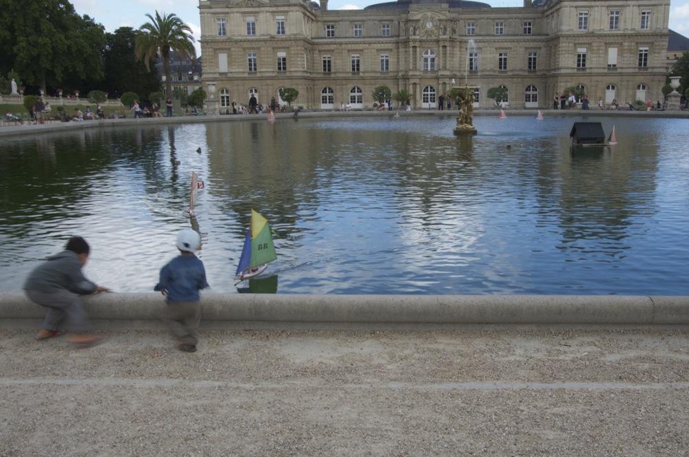 commenter >  Enfants et petits bateaux au bassin du Luxembourg  < comment
