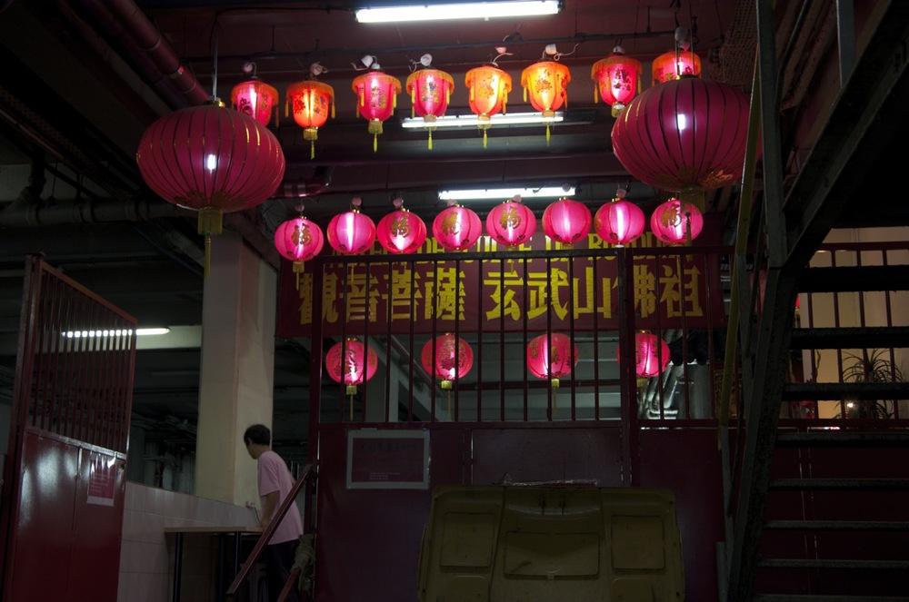 commenter >  Sous les lanternes du temble bouddhiste, rue du Disque  < comment