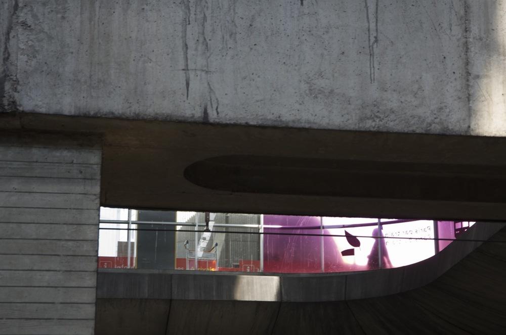 commenter >  Entre les poutres et les colonnes, station RER Charles-de-Gaule  < comment
