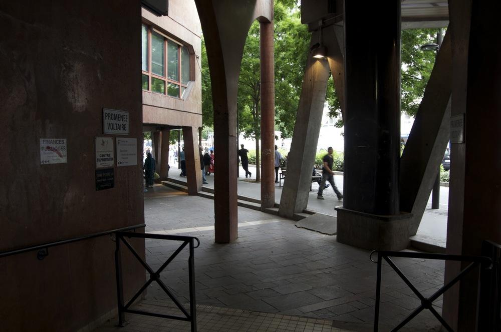 commenter >  Entre les colonnes de l'Atelier, avenue Georges-Gosnat  < comment