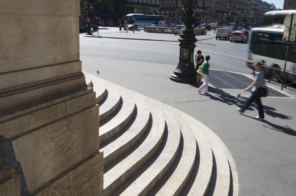 commenter >  Au pied des marches du palais Garnier  < comment