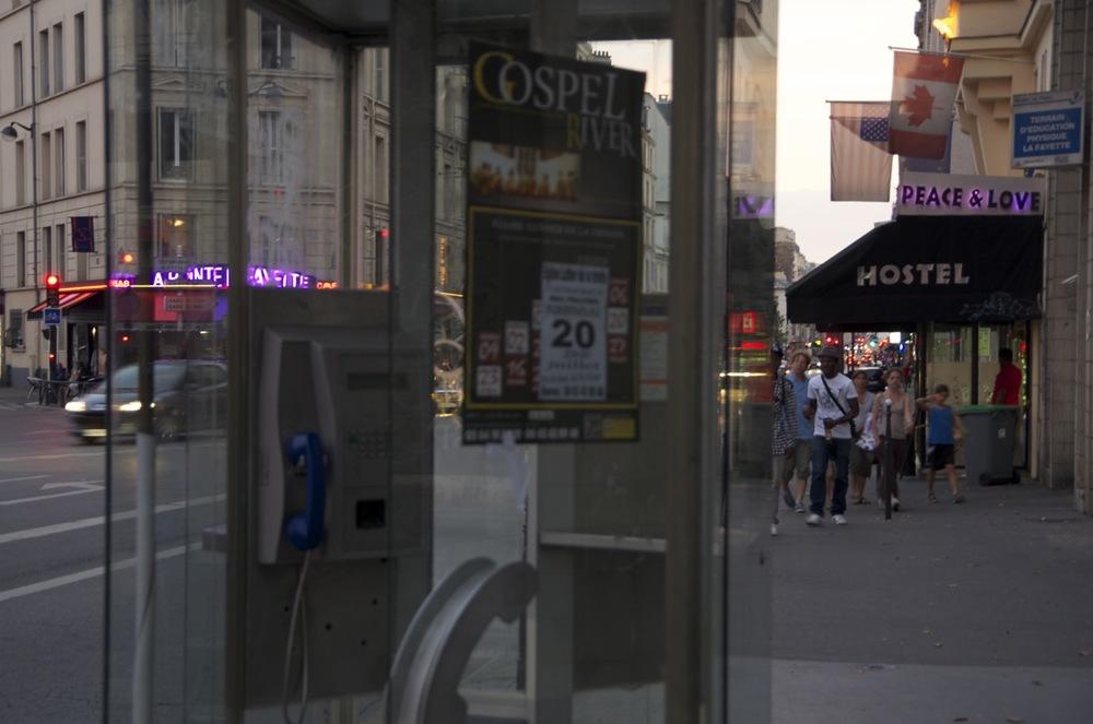 commenter >  Cabine téléphonique, rue Lafayette  < comment