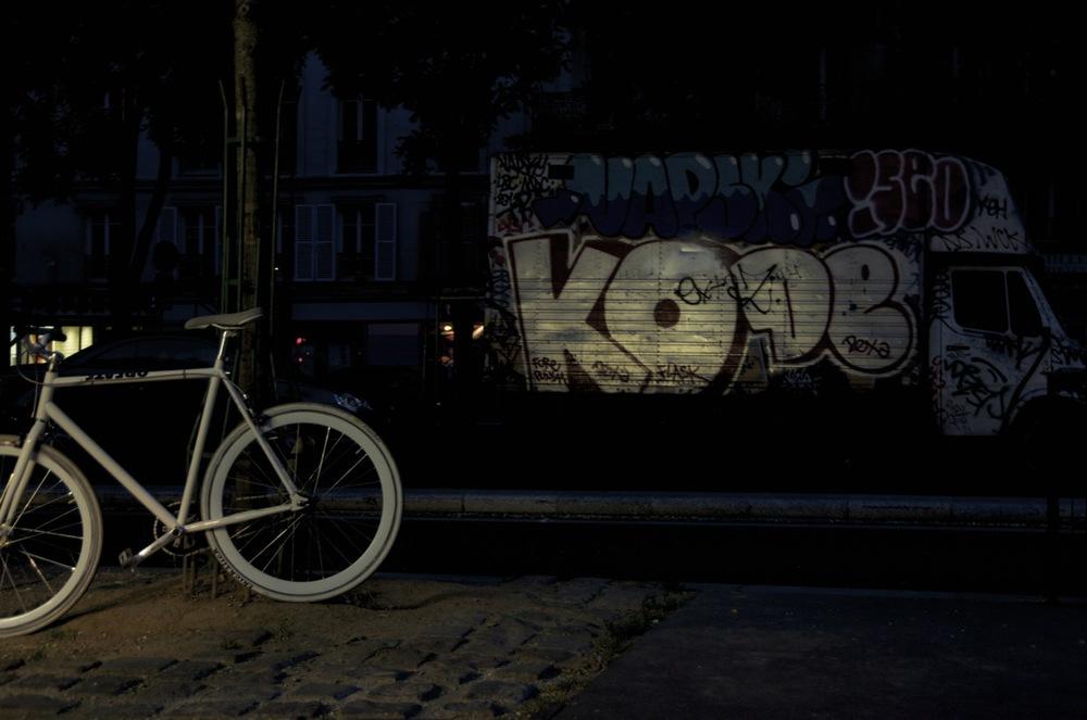 commenter >  Vélo blanc, boulevard de Belleville  < comment