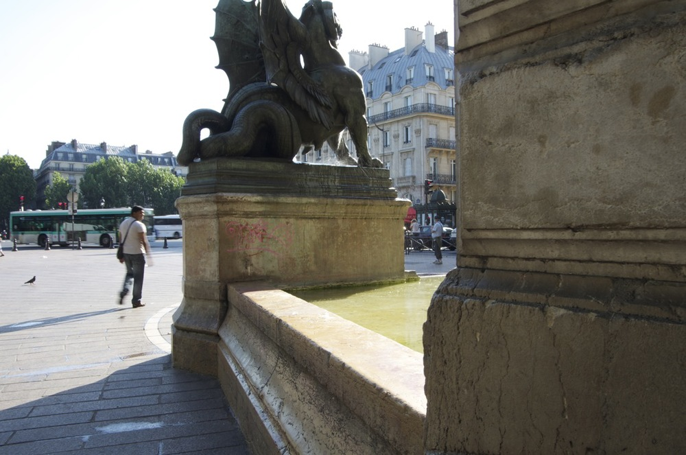 commenter >  Contre-jour à la fontaine St-Michel  < comment