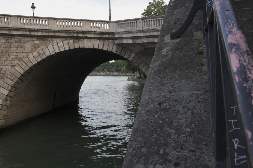 commenter >  Une arche du pont de Sully, du quai d'Anjou  < comment