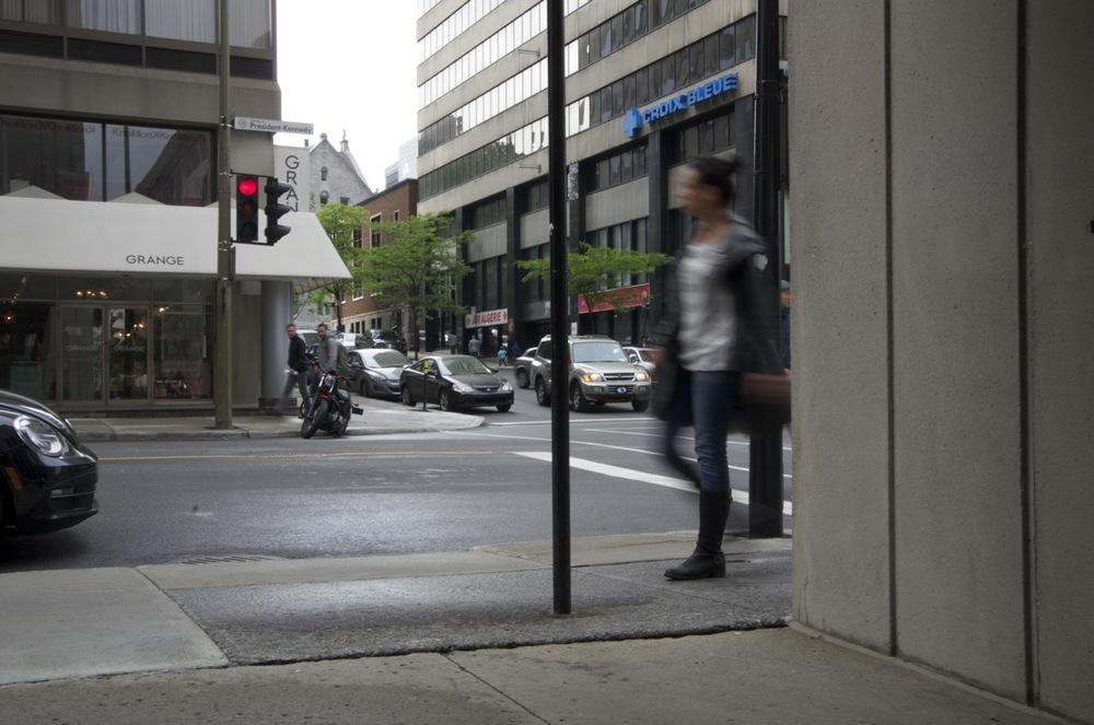 Femme marchant, boulevard De Maisonneuve