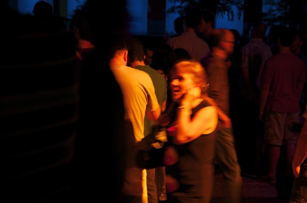 commenter >  Place des Festivals (femme dans la foule)  < comment