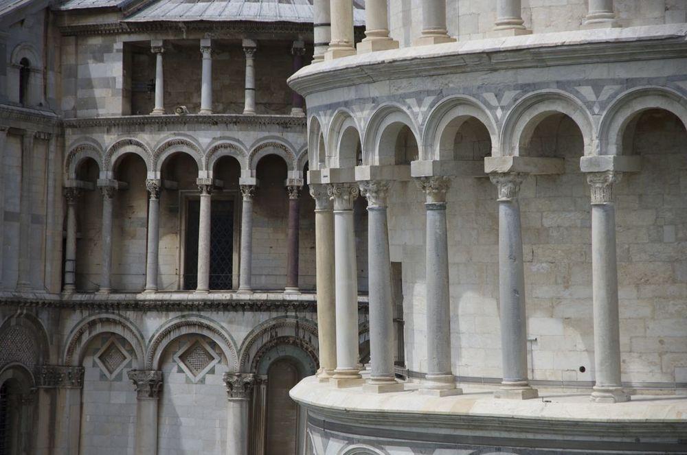 commenter >  Piazza dei Miracoli (Torre e Duomo di Pisa / colonne)  < comment