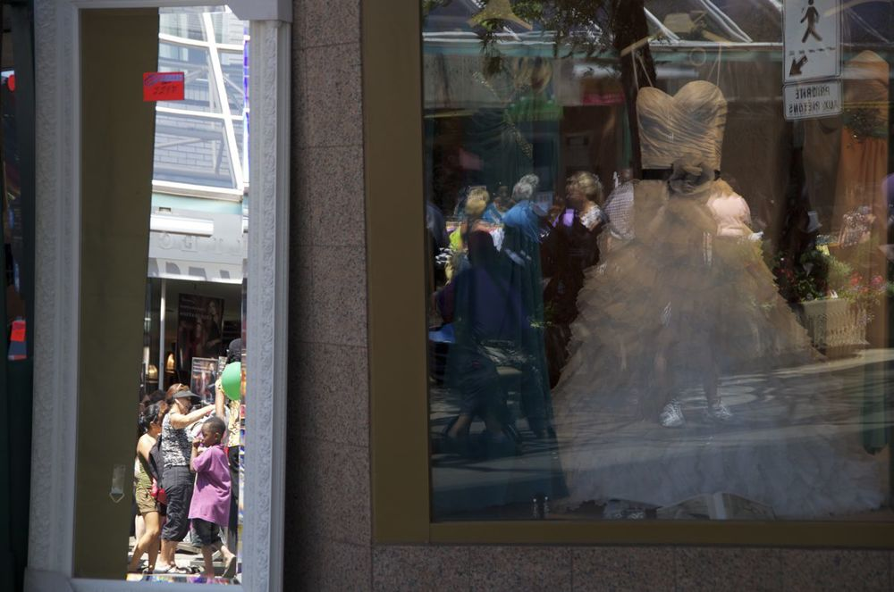 commenter > Plaza St-Hubert (jeu de réflections avec robe de noce) < comment