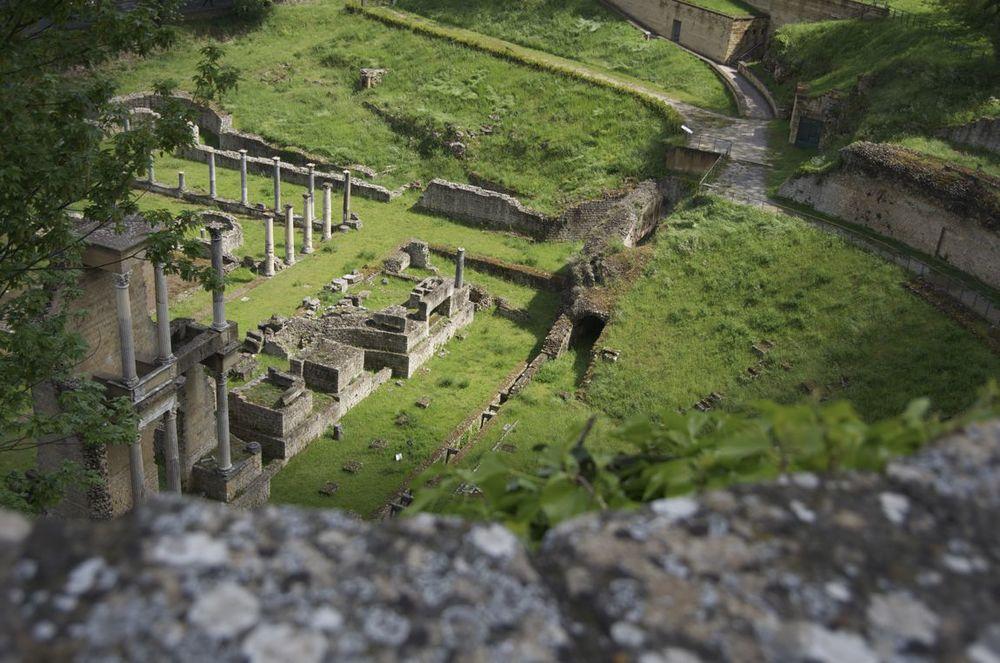 commenter > Via Lung le Mura del Mandorlo (teatro romano), 2/3 < comment