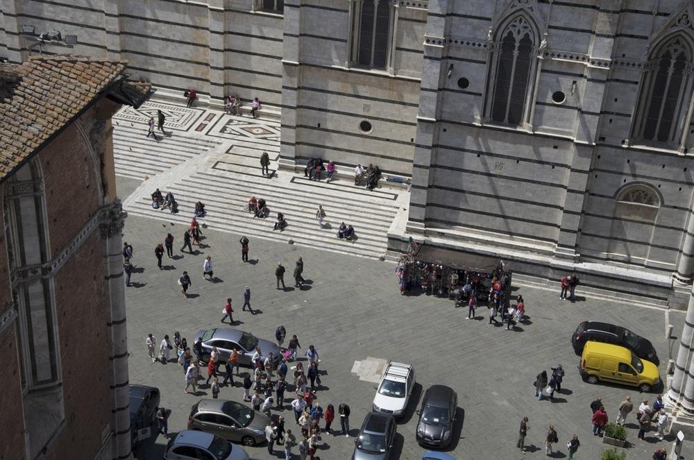 commenter >  Piazze lacopo della Quercia e del Duomo  < comment
