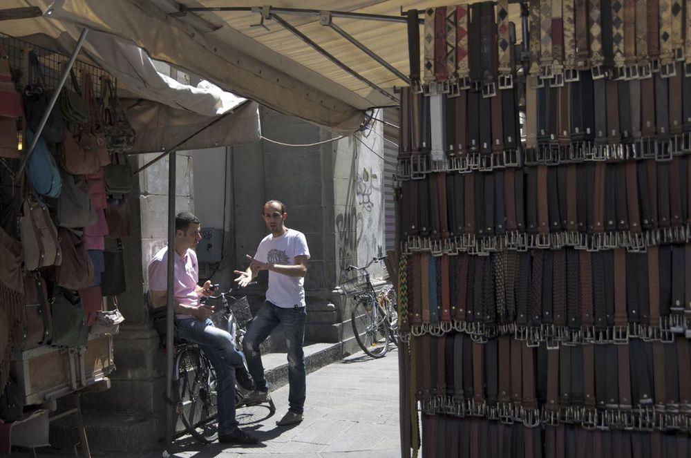 commenter >  Via Sant' Antonino (una pelletteria)  < comment