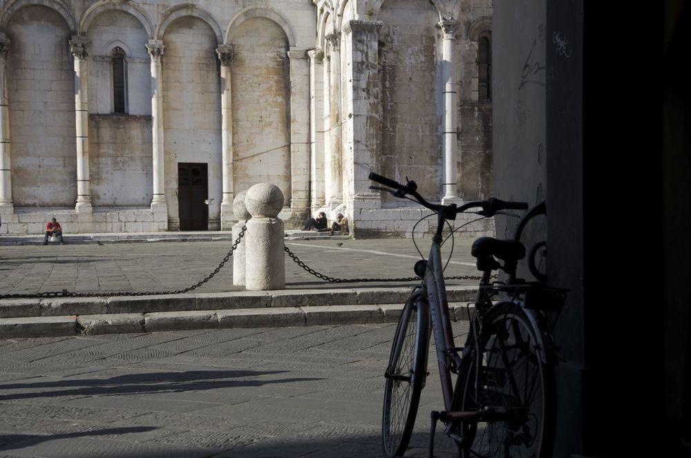 commenter >  La vicolo dello Stellino emergendo sulla piazza San Michele  < comment