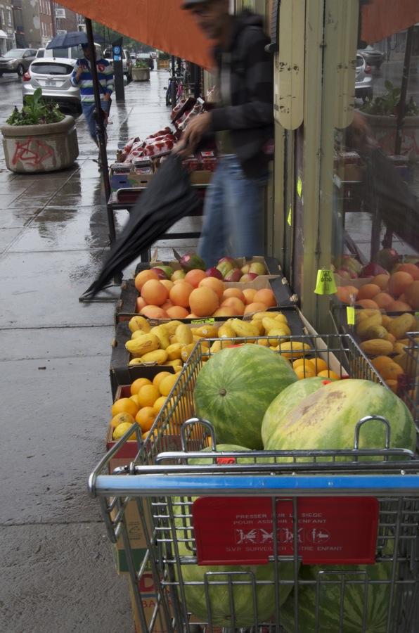 commenter >  Rue Bélanger (melons, mangues et oranges)  < comment