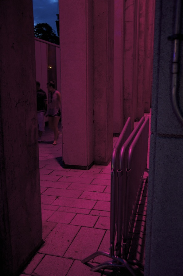 commenter >  Place des Spectacles (couleur de festival)  < comment