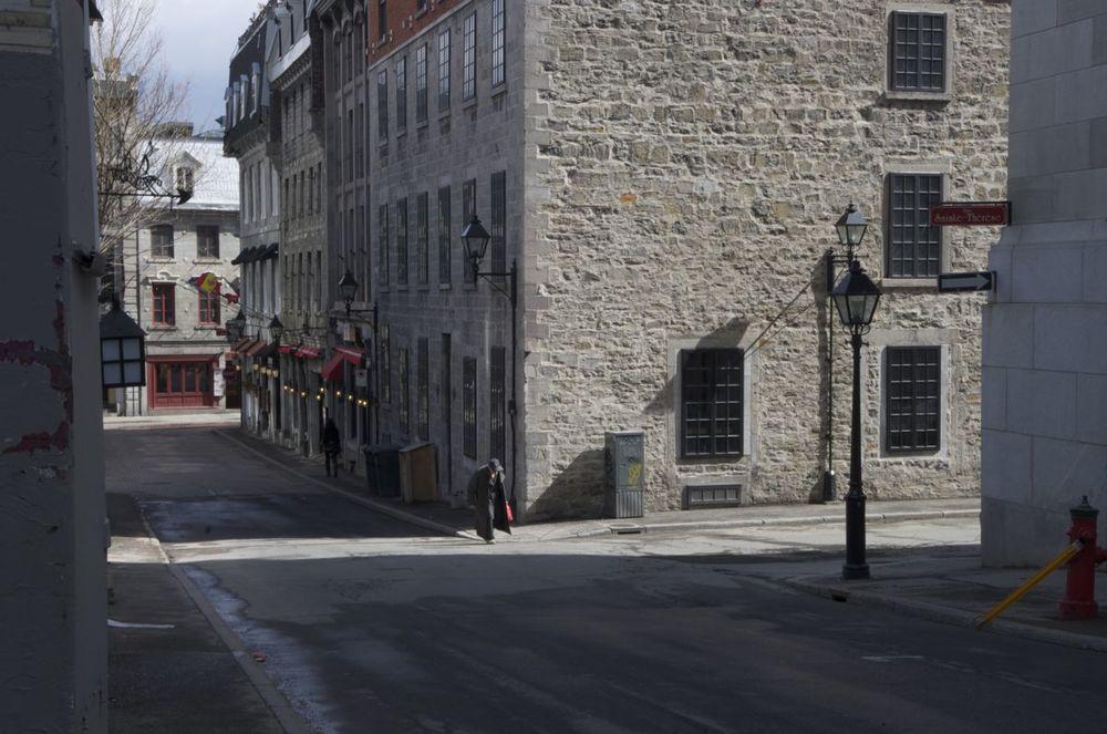 commenter >  Rue St-Vincent (veil homme avec un sac rouge), 1/2  < comment