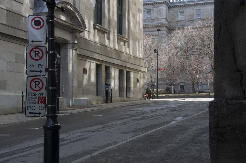 commenter > Rue St-Vincent (veil homme avec un sac rouge), 2/2 < comment