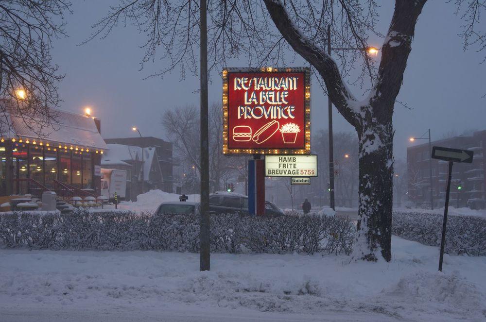 commenter >  Avenue d'Orléans et rue Sherbrooke (devant la Belle Province)  < comment