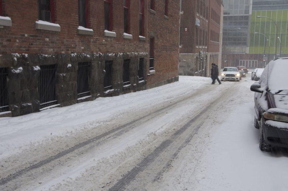 commenter >  Rue Jeanne-Mance (ornières dans la neige)  < comment